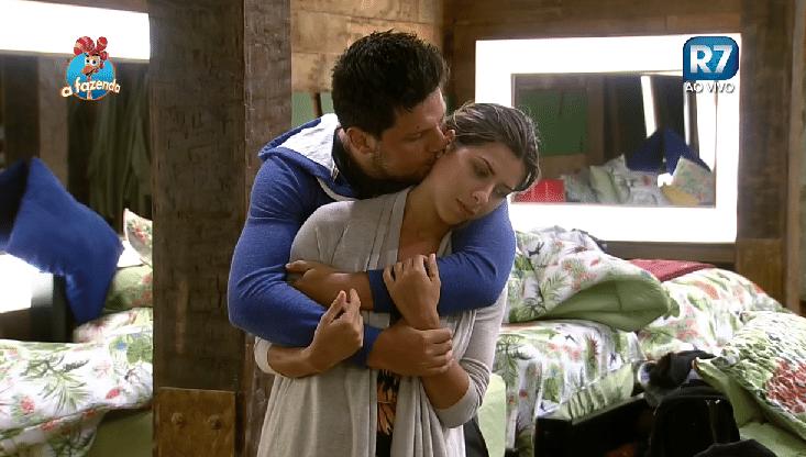 01.out.2015 - O cantor sertanejo Thiago Servo beija a ex-panicat Ana Paula Minerato na noite de sua possível eliminação