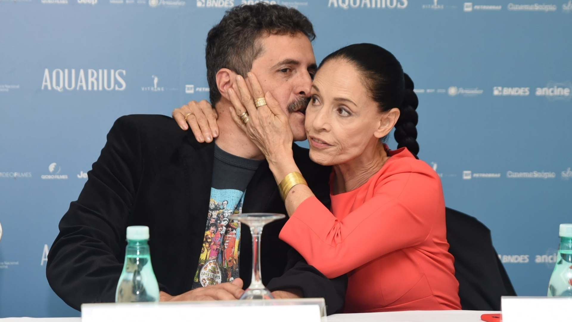 29.ago.2016 - O cineasta Kleber Mendonça Filho beija Sonia Braga durante coletiva do filme