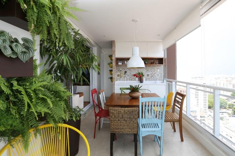 jardim vertical para varanda de apartamento: de lazer é decorado com jardim vertical e mesa de jantar com cadeiras