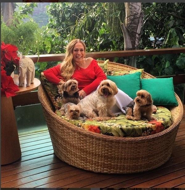 24.dez.2015 - Susana Vieira só quer saber de descansar aos lados dos seus animais de estimação na véspera do Natal, mas a atriz não esqueceu dos fãs na data especial. Na manha desta quinta-feira (24), ela postou uma foto em seu Instagram desejando boas vibrações.