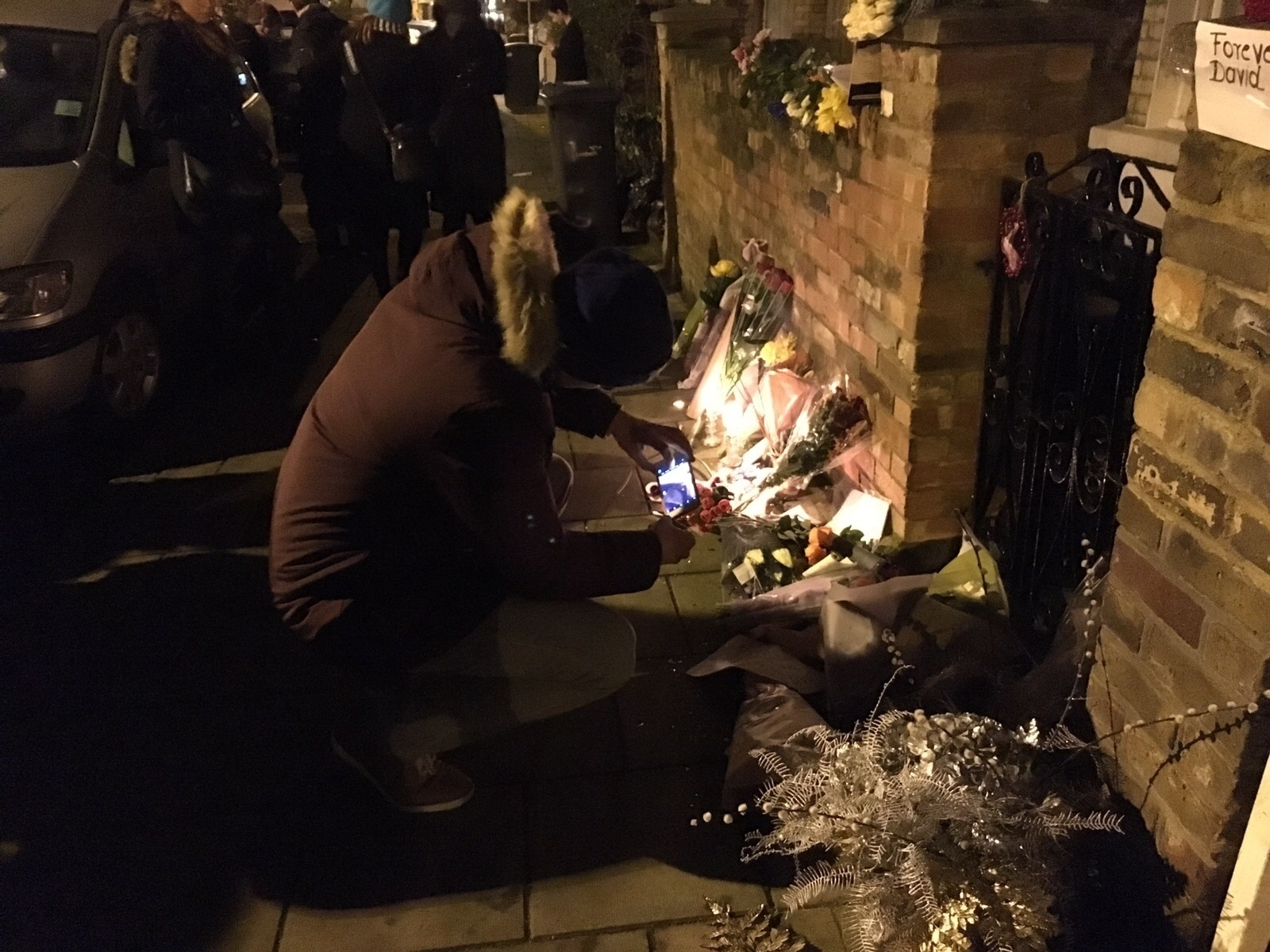 11.jan.2015 - Fãs de David Bowie se reúnem no bairro de Brixton, em Londres, para homenagear o cantor