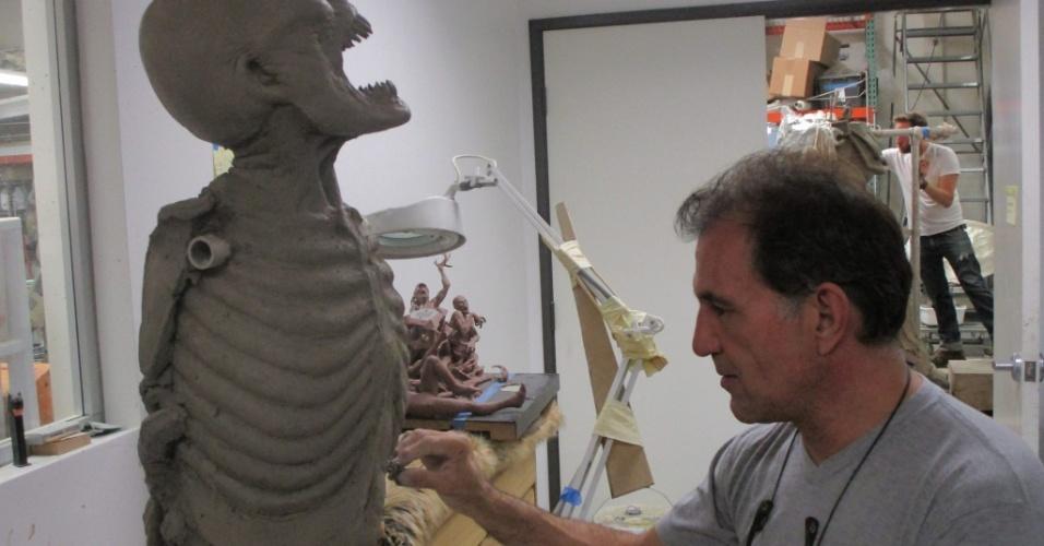 Equipe de Steve Wang criando estátua do campeão Lucian, de