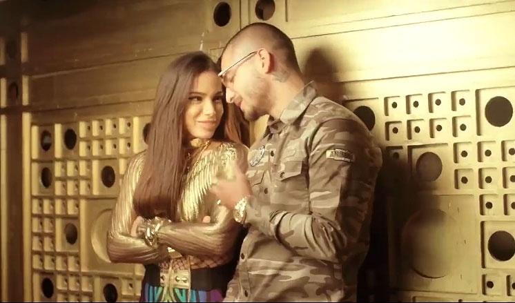 Anitta com o cantor colombiano Maluma em cena do clipe