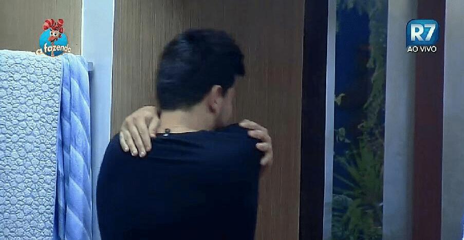 29.set.2015 - O cantor sertanejo insinua que Ana Paula tomou banho com ele e simula a suposta troca de beijos