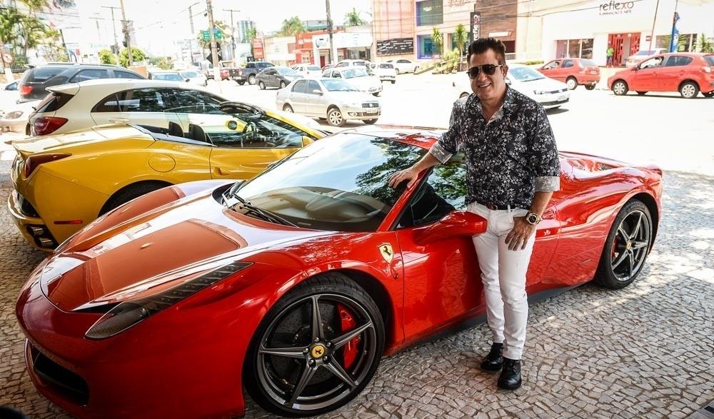 09.nov.2015 - O sertanejo Marrone tirou onda na inauguração de seu restaurante, Favo de Mel, em Goiânia, na tarde desta segunda-feira. O cantor, da dupla com Bruno, chegou ao local dirigindo uma Ferrari vermelha