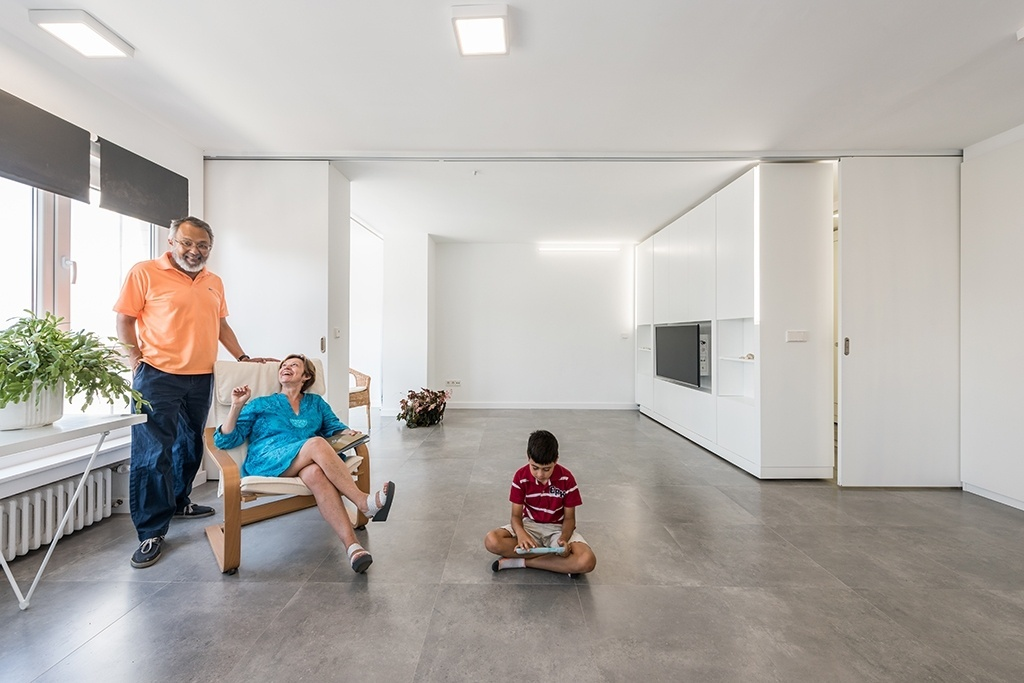 No apartamento nas Astúrias, um simples deslocamento dos módulos faz com que os quartos desapareçam para dar lugar a uma ampla sala com muita luz natural e vista para a praia. O projeto de interiores audacioso foi realizado pelos arquitetos do escritório PKMN e faz parte da série