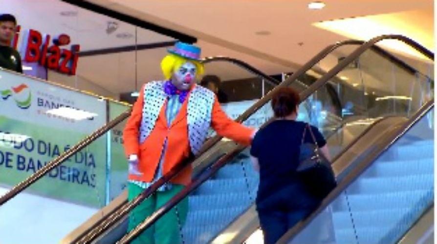 8.jul.2015 - Palhaço dá tortada em uma pessoa na escada rolante em pegadinha do