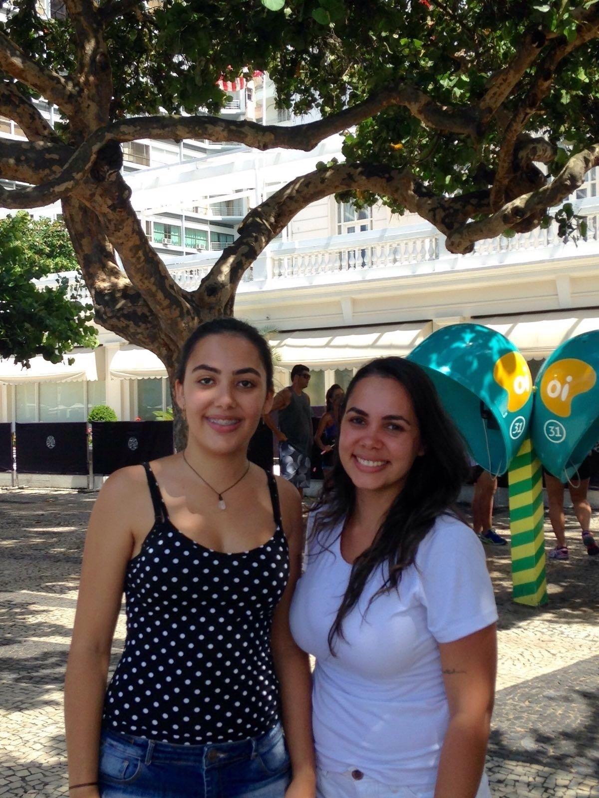 20.fev.2016 - Fãs dos Rolling Stones, as estudantes Lara Pena, 20, e Lorena Oliveira, 25, fazem plantão na porta do hotel Copacabana Palace