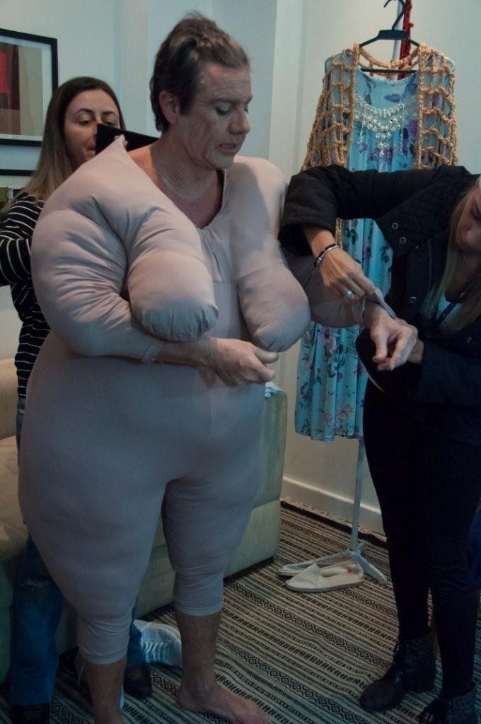27.jun.2016 - João Kléber usa enchimento para interpretar dona Lalá, personagem inspirada em uma fã, no