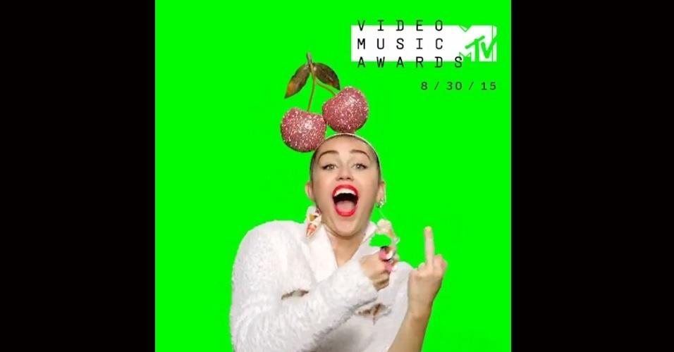 28.jul.2015 - Miley Cyrus mostra o dedo médio em vídeo que divulga prêmio da MTV