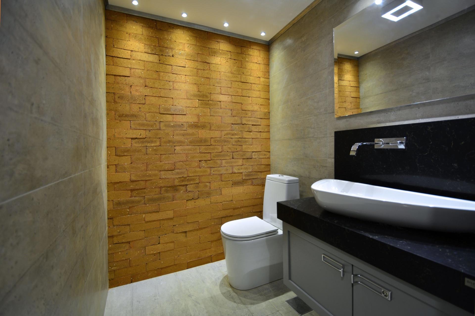 porcelanato que imita concreto e tijolos aparentes. Os tons neutros e  #674D24 1920x1279 Banheiro Cimento Queimado E Pastilhas
