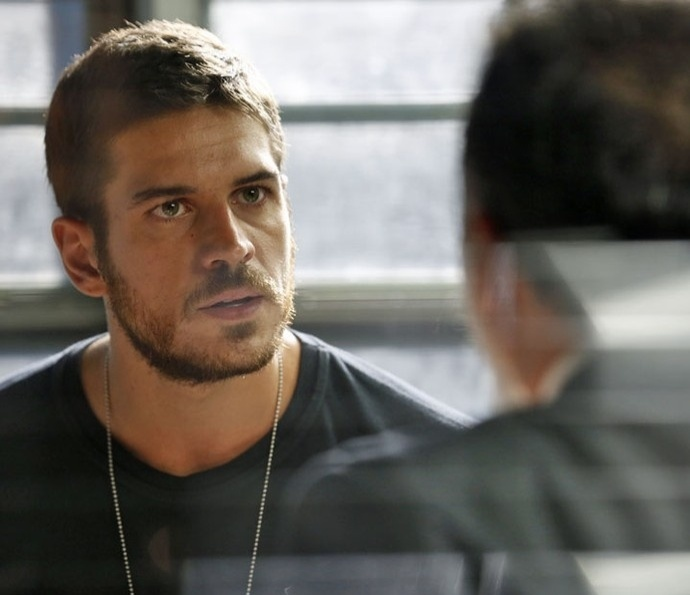Dante (Marco Pigossi) conta a Fonseca que vai descobrir a verdade sobre o ex da namorada em