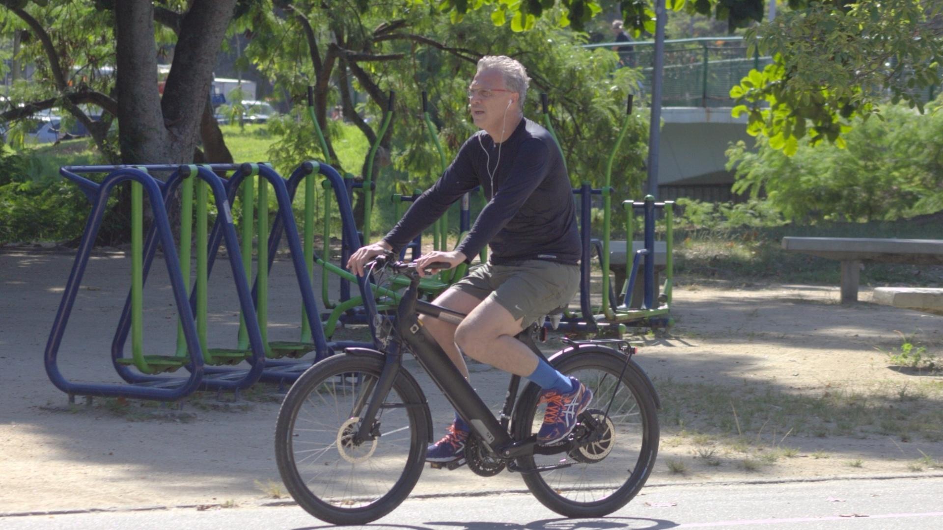 24.dez.2015- Pedro Bial aproveitou a tarde ensolarada desta quinta-feira (24) para pedalar na Lagoa Rodrigo de Freitas. O apresentador está curtindo os últimos dias de folga, já que começa a trabalhar no início de janeiro no