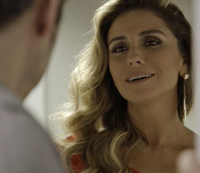 Atena (Giovanna Antonelli) chega de surpresa e interrompe Natal de Romero (Alexandre Nero) em