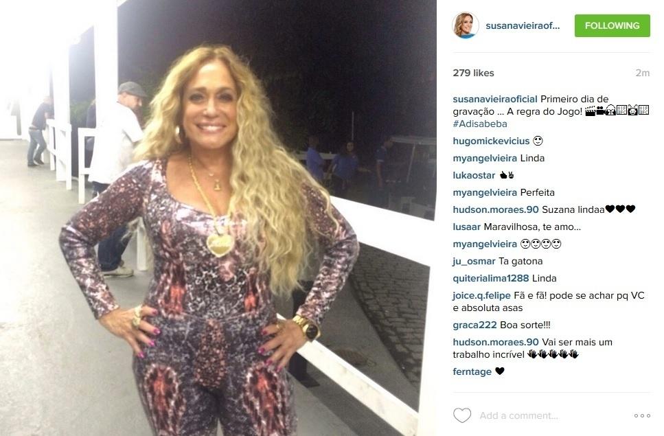 24.jul.2015 - Com aplique nos cabelos, Susana Vieira mostra o figurino - um macacão justo - de sua personagem, Adisabeba, na novela