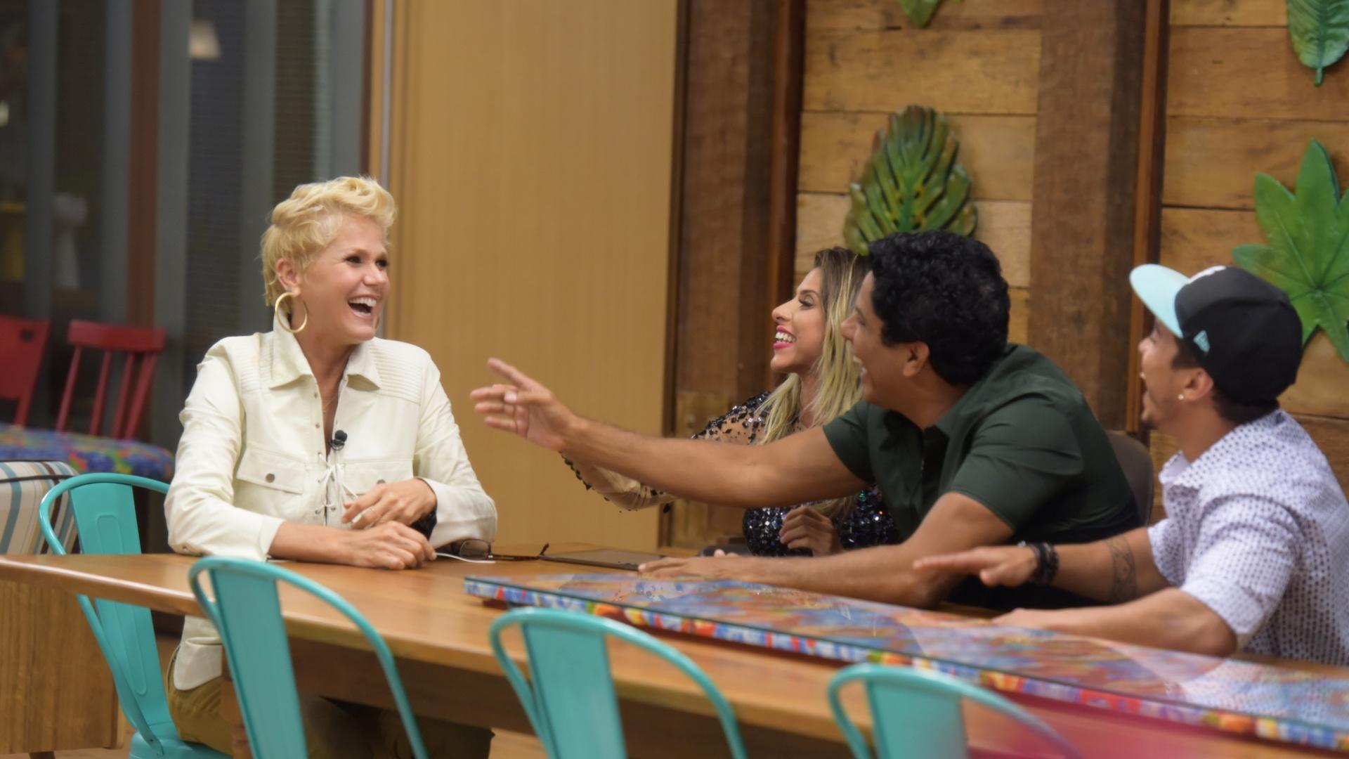 6.dez.2015 - Ana, Douglas e Luka se divertiram muito com a presença de Xuxa na sede