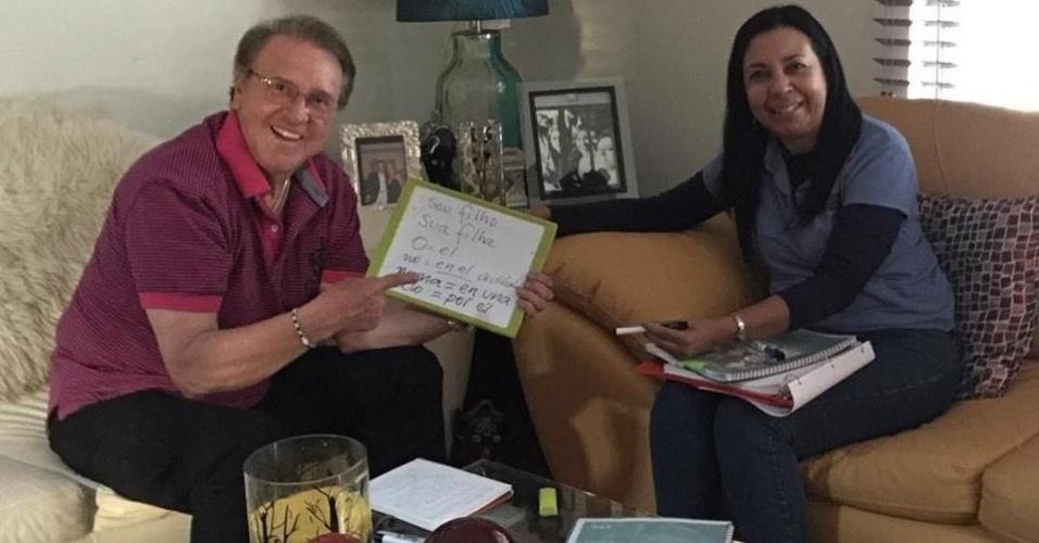 6.abr.2016 - Carlos Villagrán faz aulas de português com professora mineira para atuar em filme no Brasil