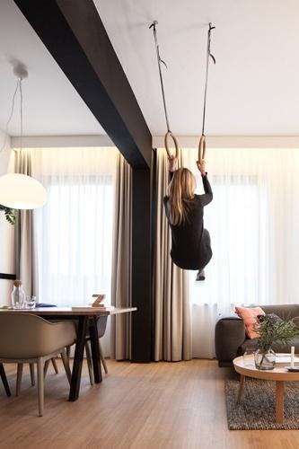 Pensado para atender as necessidades de pessoas que trabalham à distância, viajando pelo mundo, o loft Zoku combina as funções 'dormir' e 'trabalhar' em apenas 24 m². Porém, no ambiente compacto, é possível também receber os amigos, se divertir, relaxar e até se exercitar nas duas argolas suspensas no teto do living