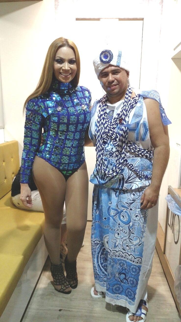 5.fev.2015 - Solange Almeida e Xande mostram a fantasia antes de puxar o trio do Aviões do Forró no Carnaval de Salvador