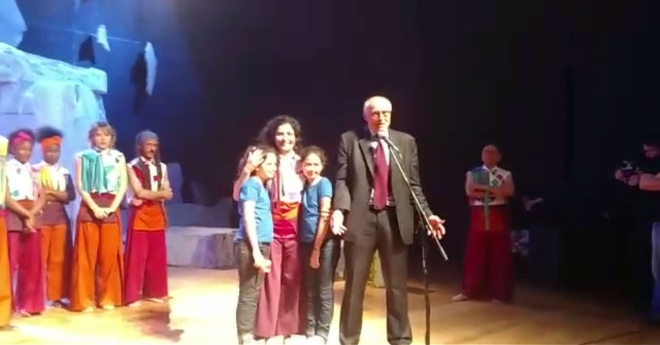 Eduardo Suplicy sobe ao palco ao final da peça