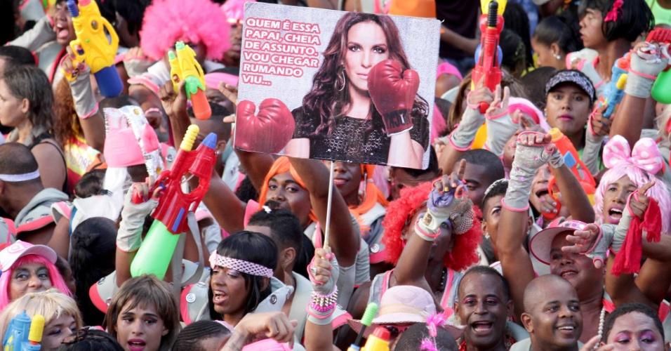 http://imguol.com/c/entretenimento/9e/2016/02/08/8fev2016---ivete-sangalo-e-lembrada-na-folia-do-bloco-as-muquiranas-onde-homens-capricham-na-fantasia-e-na-maquiagem-para-pular-o-carnaval-1454962583610_956x500.jpg