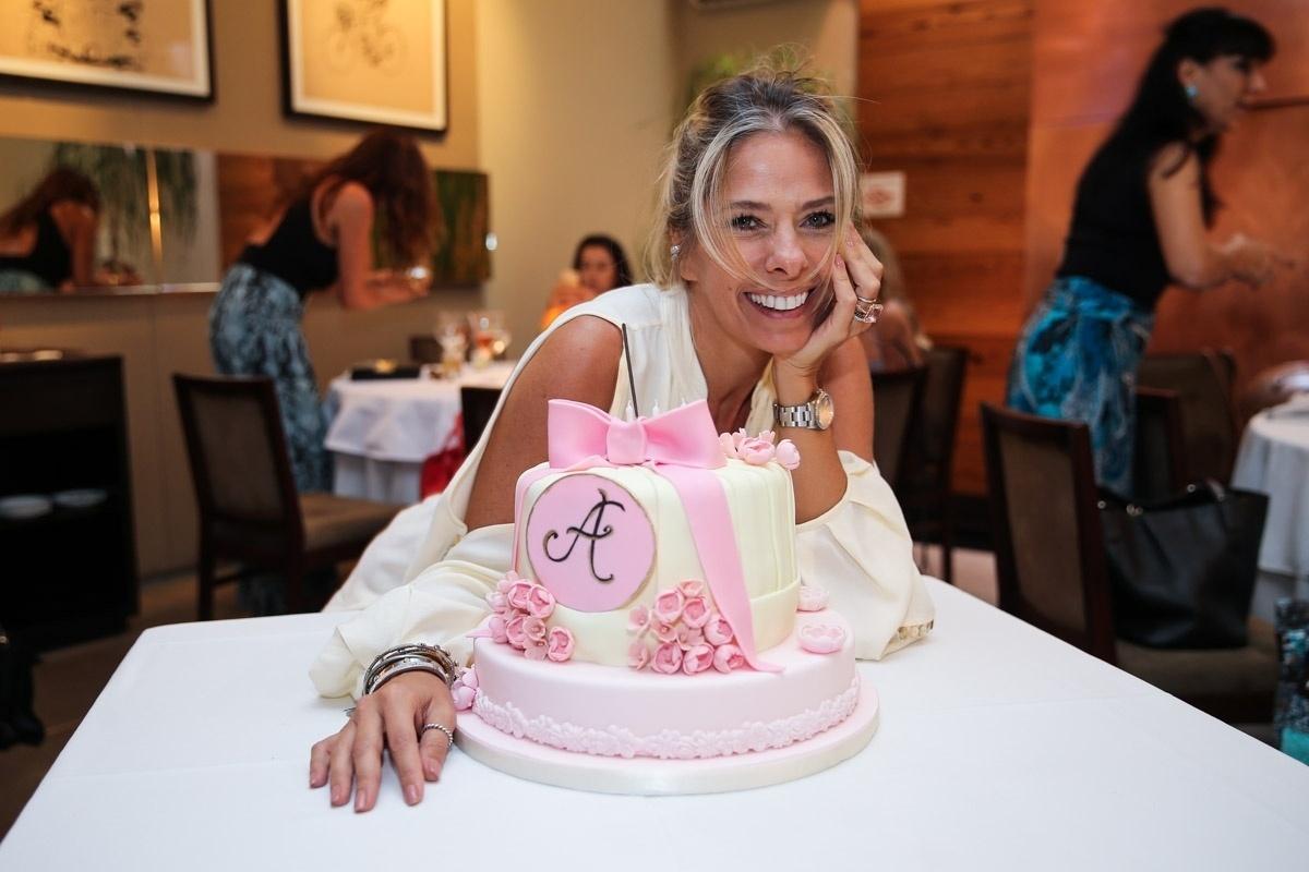 18.abr.2016- Adriane Galisteu comemorou seus 43 anos de idade nesta segunda-feira (18) em um badalado restaurante na capital paulista. Além de um bolo personalizado e um almoço festivo, a apresentadora ganhou vários presentes dos convidados como roupas, flores e acessórios
