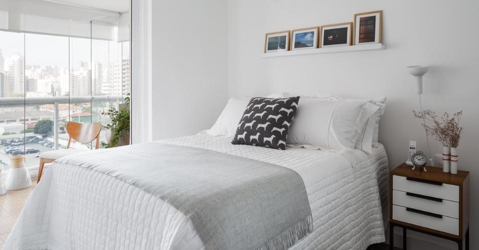 Todo branco, o dormitório do jovem casal se abre totalmente para a varanda, graças a substituição da porta de correr por uma persiana