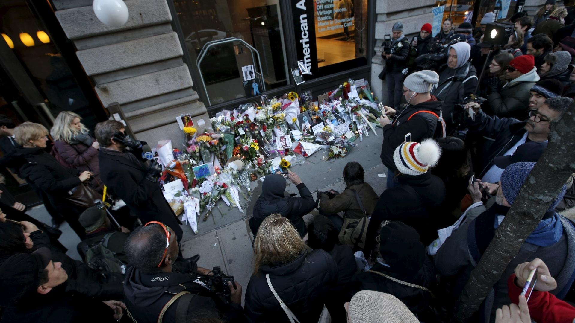 11.jan.2016 - Fãs de David Bowie deixam flores na portaria do prédio onde o cantor morou em Nova York