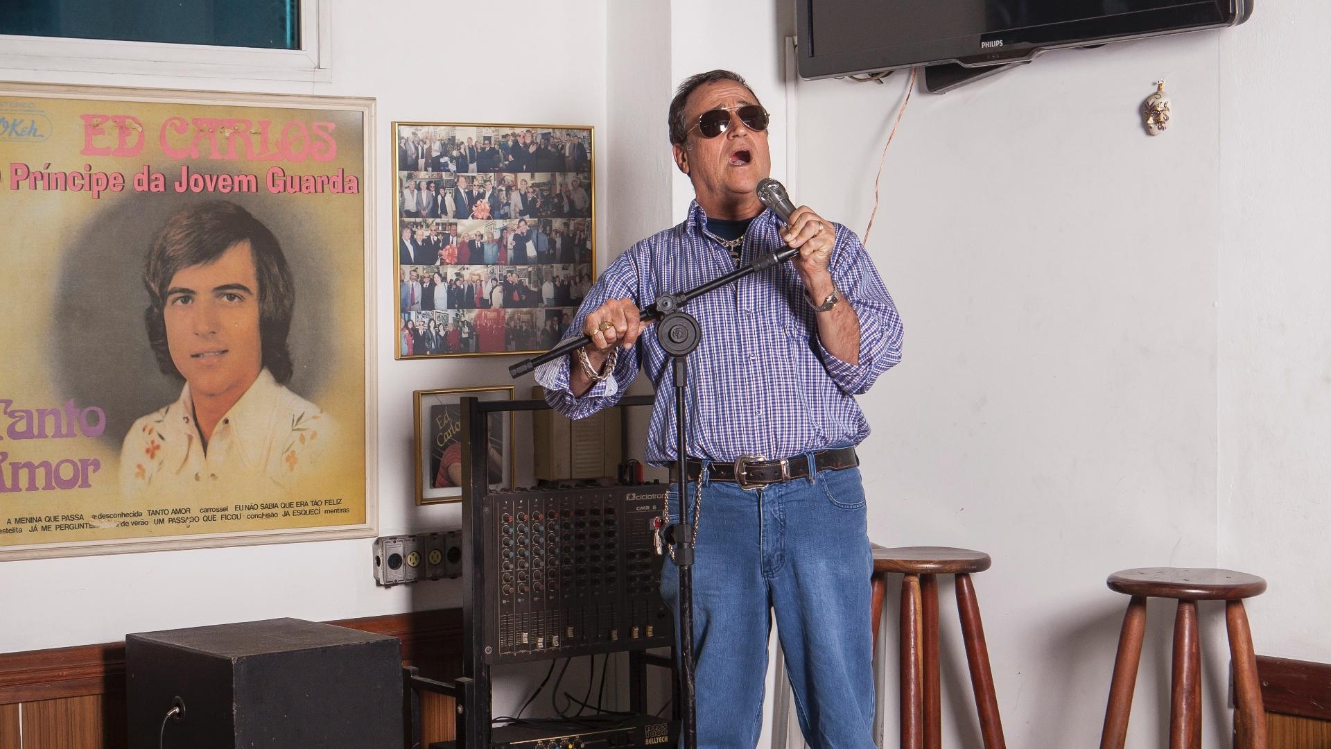 19.ago.2015 - Ed Carlos, cantor da Jovem Guarda, apresenta seu restaurante Ed Carnes, no Cambuci, em São Paulo