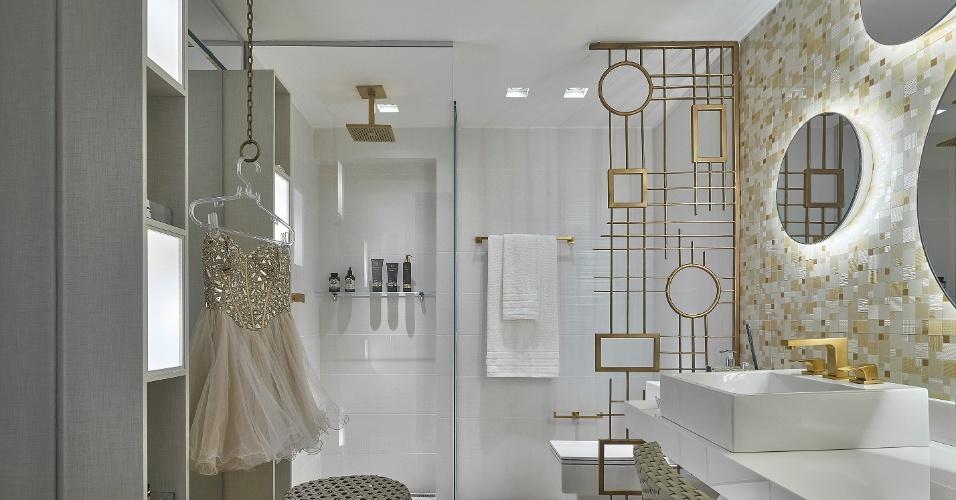No banheiro - Quer uma iluminação diferente para o banheiro da sua casa? Siga a ideia de Camila Bignoto, na Casa Cor Minas: use lâmpadas atrás dos espelhos e adicione nichos iluminados à estante | A mostra (www.casacor.com.br) fica em cartaz até 6 de outubro de 2015