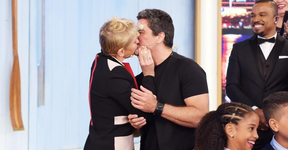 24.mar.2016- Xuxa beijo o namorado Junno para comemorar seu aniversário