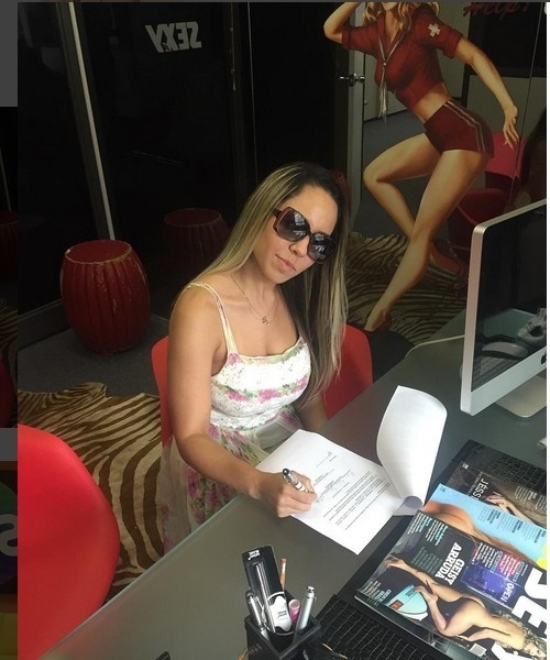 Renata Frisson assina contrato com