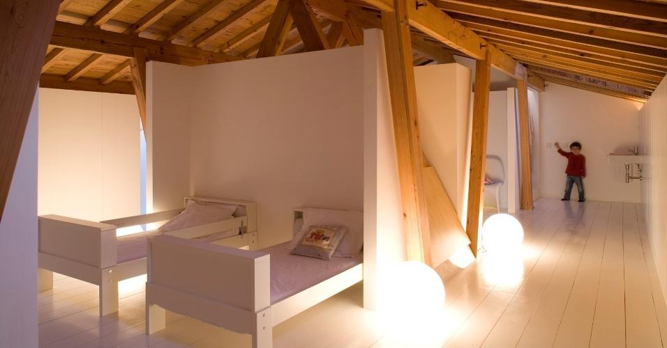 Normalmente, as áreas íntimas são bem delimitadas para que cada dormitório tenha sua privacidade. Na Casa Maria Borges, a ala dos quartos é um grande espaço aberto, segundo define o arquiteto João Favila Menezes, do  Atelier Bugio