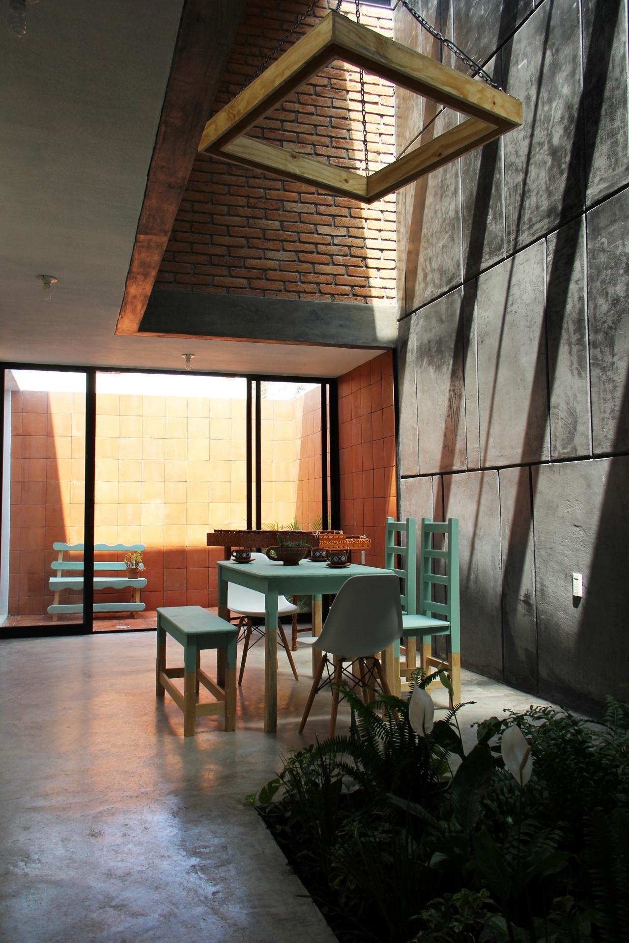 Durante os dias de sol, a luz natural invade a casa Tadeo através das aberturas zenitais (no teto). Neste ponto da estrutura, o pé-direito é duplo e favorece a regulação da temperatura por convecção. O projeto desta residência mexicana fica em Chiapas e é assinado pelo escritório Apaloosa Arquitectos