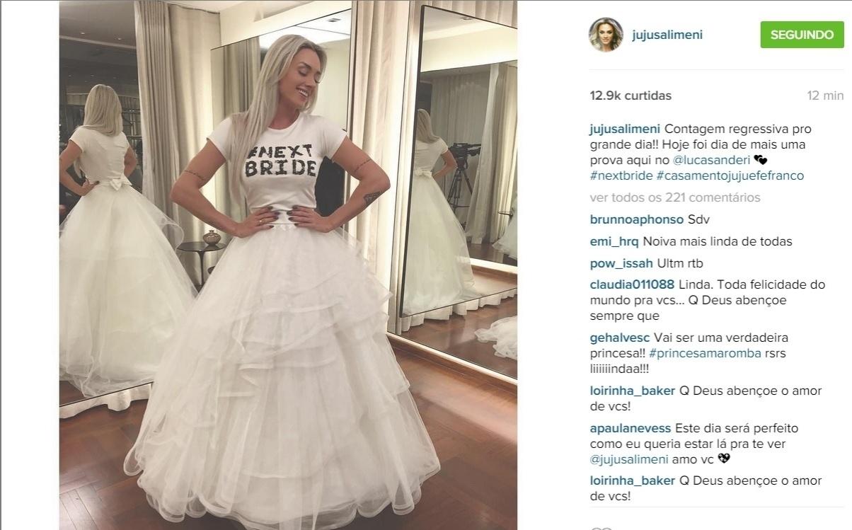 6.jul.2015 - Na tarde desta segunda-feira (6), Juju Salimeni publicou no Instagram uma foto em que aparece usando o vestido de noiva.