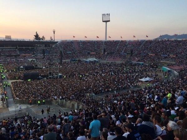 03.fev.2016 - Público chega ao estádio Nacional do Chile para acompanhar a turnê Olé, dos Rolling Stones
