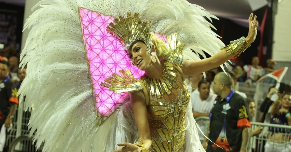 7.fev.2016 - Pirâmide da fantasia de Ana Hickmann muda de cor. A roupa é baseada no museu do Louvre, em Paris. A apresentadora desfila pela Vai-Vai, campeão do Carnaval paulista do ano passado e que em 2016 homenageia a França