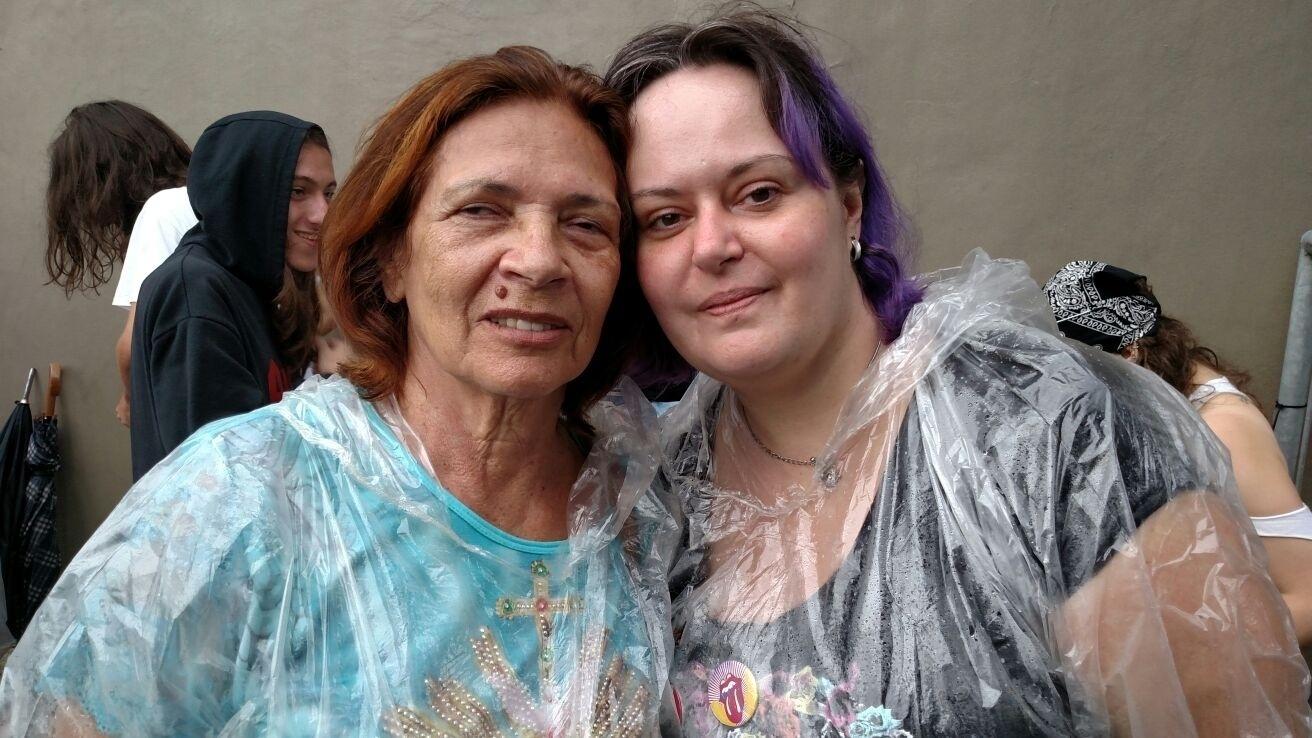 24.fev.2016 - As primeiras da fila para a pista VIP dos Rolling Stones são mãe e filha. Denise Souza Siqueira, 35, está acompanhando sua mãe, Tereza Maria, 82, que é cega. Elas são de Belo Horizonte (MG) e já viram os Rolling Stones no Brasil em 1998. No show anterior, Maria Tereza ainda enxergava.