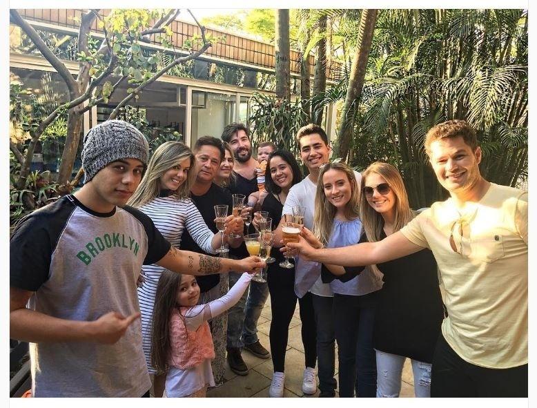 14.ago.2016 - O cantor Leonardo conseguiu reunir 5 dos seus 6 filhos e 2 netos em um almoço de Dia dos Pais