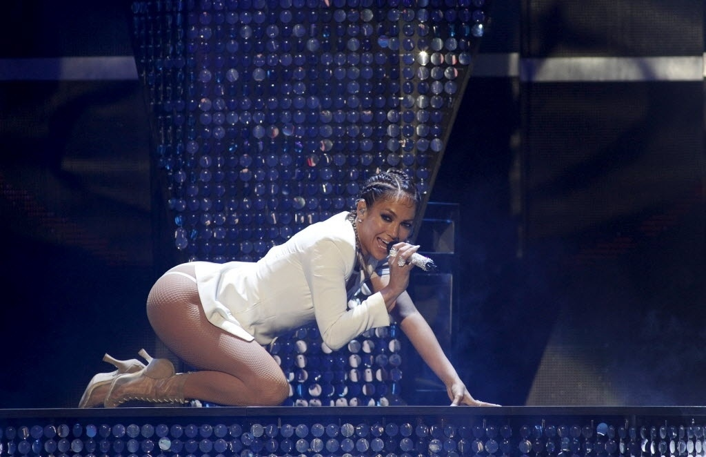 20.set.2015 - Jennifer Lopez aposta em look sexy em festival em Las Vegas, nos Estados Unidos , no sábado. Usando um body decotado, a cantora dançou, rebolou e levou o público ao delírio ao cantar hits como