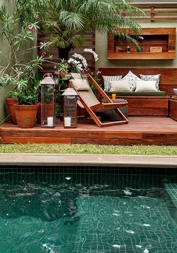 jardim deck de madeira: deck-suspenso-de-madeira-de-demolicao-com-espreguicadeira-de-corda