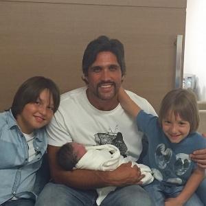 O cantor Léo mostra foto com o filho José, que nasceu no domingo (18), no colo