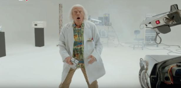 """No teaser do curta metragem que será lançado em comemoração dos 30 anos de """"De Volta Para o futuro"""", Doc Brown desce do Delorean no dia 21 de outubro de 2015"""