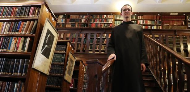 O monge beneditino Dom João Baptista, produtor cultural e responsável pela biblioteca