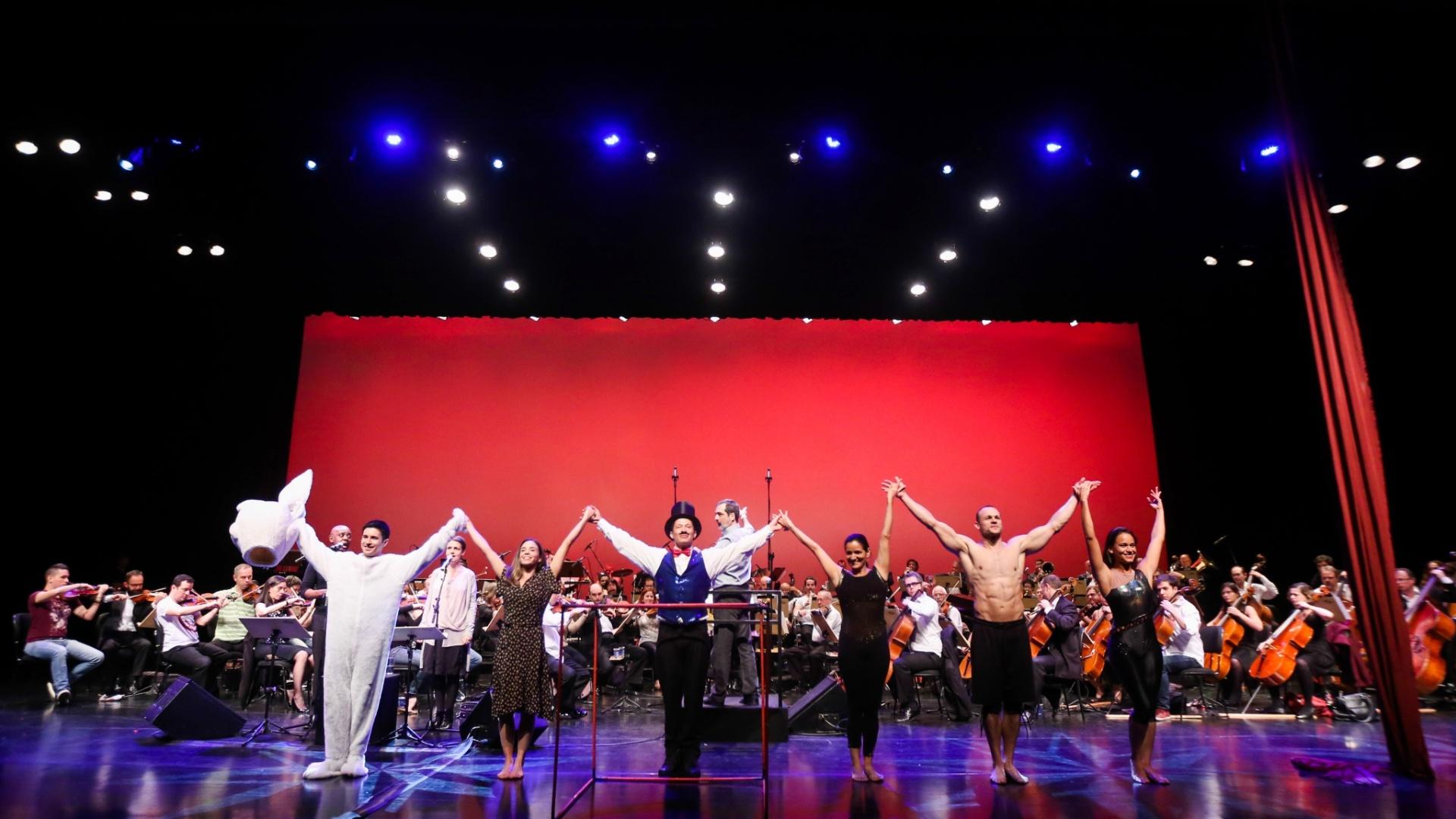 O concerto conta ainda com artistas circenses como: Andréi Parmesan e Pamela Munhoz (Acrobacia em Dupla), Paulo Maeda (Parada de Mãos), Natalia Presser (Cabide Aéreo) e Vagner Junqueira (Malabares Cubo). Com a participação especial: Marisa Silveira (Tecido). A direção circense fica por conta de Natalia Presser