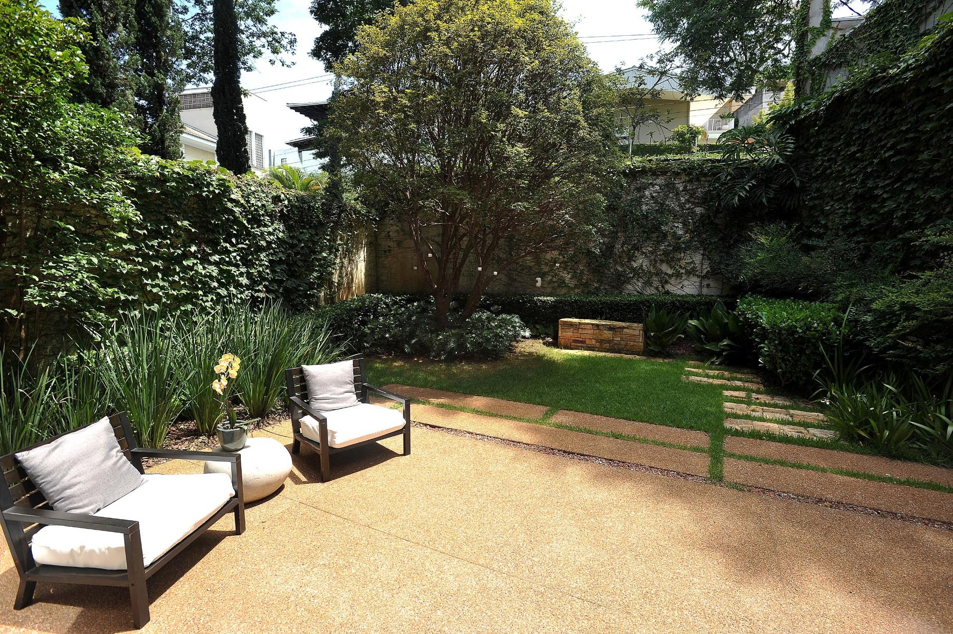 A paisagista Claudia Diamant determinou para o jardim de uma casa de vila, na zona sul de São Paulo, a criação de dois patamares. No nível principal mesclou espécies contemporâneas com algumas pré-existentes como a jabuticabeira e as nandinas (Nandina domestica) e criou uma área de descanso