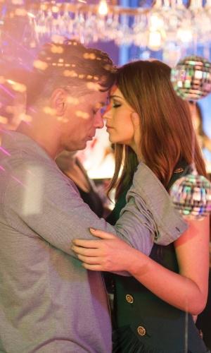 2.fev.2016 - Arthur (Fábio Assunção) beija Eliza (Marina Ruy Barbosa) em