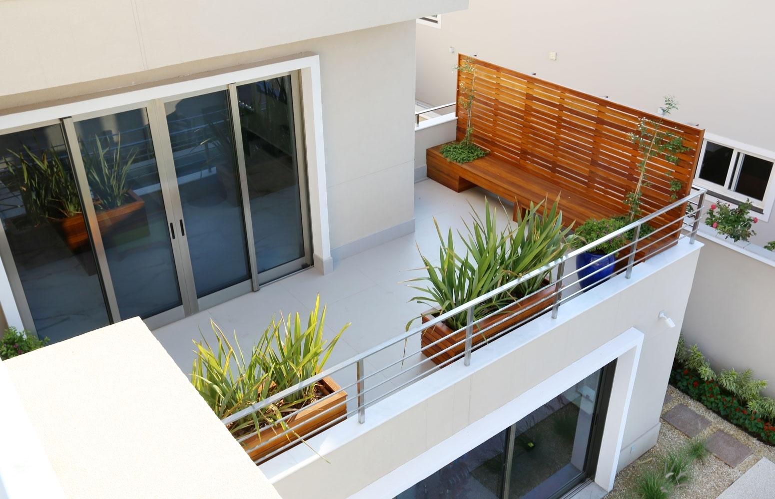 intermediario possui varanda para a piscina com banco de madeira de  #804018 1551x1000