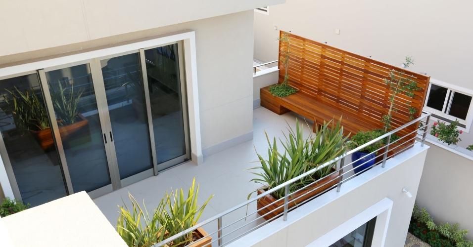 O dormitório do pavimento intermediário conta com varanda e tem um banco de madeira com origem certificada. Em todos os ambientes externos da casa Campinas, primeira a receber a certificação LEED for Homes no Brasil, a vegetação está presente