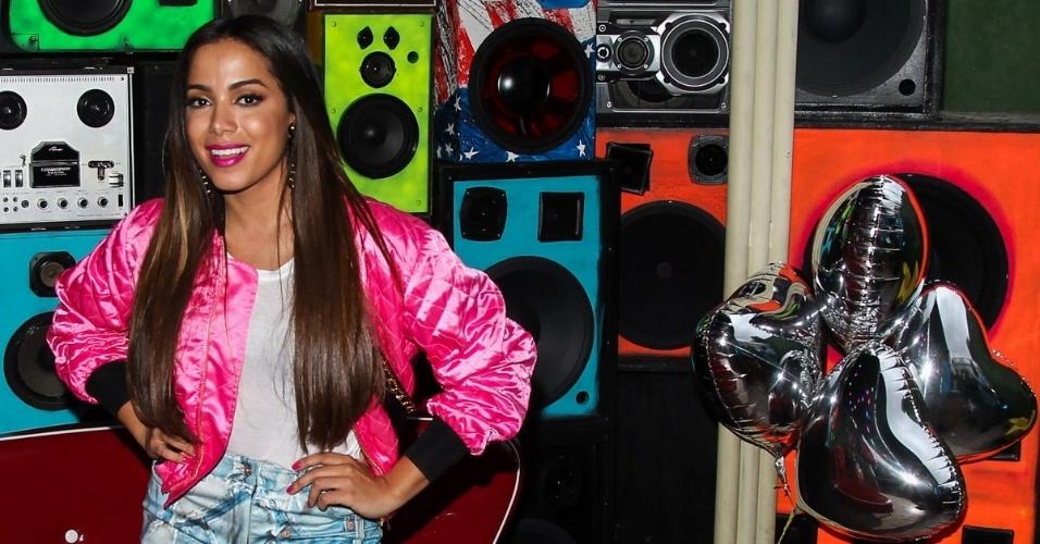 24.jun.2015 - Anitta posa para fotos durante as gravações de clipe de ?Deixa Ele Sofrer?, na Vila Madalena, em São Paulo